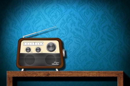 �couter: La radio Retro sur la table en bois avec fond d'�cran bleu