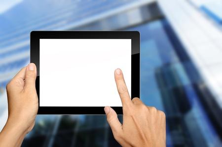 Mains tiennent et en appuyant sur le Tablet PC avec la construction de fond