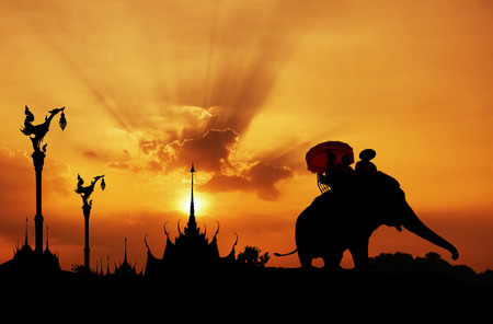 siluetas de elefantes: Silueta del elefante con el templo en Tailandia Foto de archivo