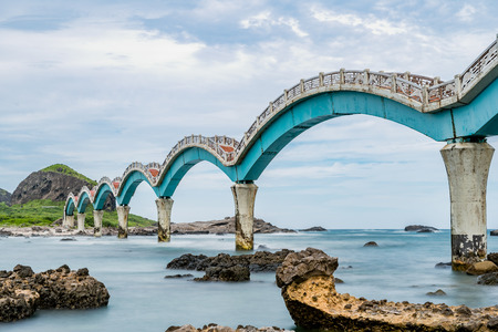 Sunny day at Sansiantai Arch Bridge, east coast of Taiwan 免版税图像