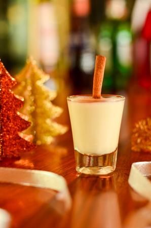 Chirstmas Heißes Getränk Eierlikör In Einem Glas Mit Einem Goldenen ...