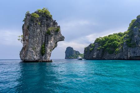 Mooi uitzicht op zee van Koh Ha, dichtbij Lanta Island van Krabi provincie, Thailand