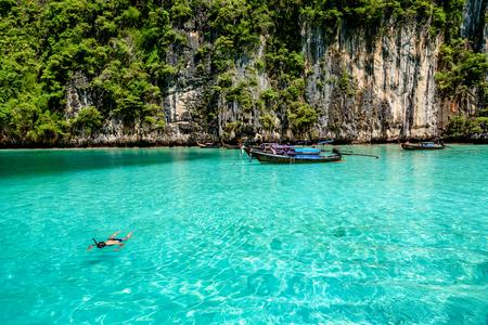 Tourist enjoy beautiful crystal clear water at Pileh bay at Phi Phi island near Phuket, Thailand Stockfoto
