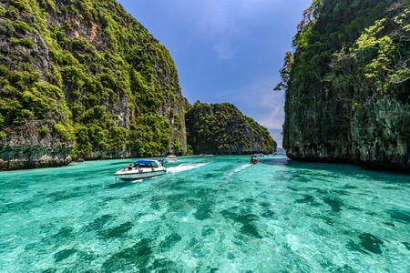 Mooi glashelder water bij Pileh-baai bij Phi Phi-eiland dichtbij Phuket, Thailand