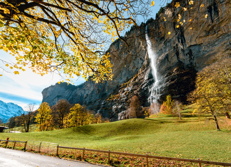 Beautiful autumn time at village of Lauterbrunnen in Swiss alps, gateway to famous Jungfrau. Set in a valley featuring rocky cliffs and the roaring, 300m-high Staubbach Falls Stockfoto