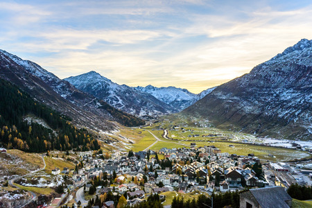Andermatt Switzerland in Autumn surrounded by snow in the mountain Stockfoto