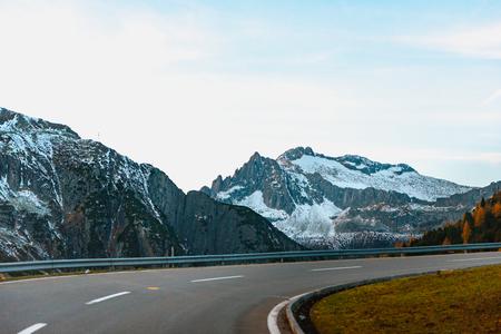 Sharp curve of road on the mountain in Switzerland near Andermatt village in Autumn Stockfoto