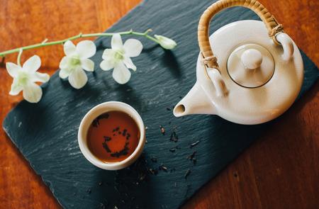 Konzeptbild für chinesisches neues Jahr, chinesischen Tee und weiße Orchidee Standard-Bild - 94314190