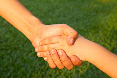 perdonar: ayudando a mano con el amor de los padres