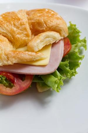 jamon y queso: croissant sandwich de queso jamón de cerca a tiros con espacio de texto abajo Foto de archivo
