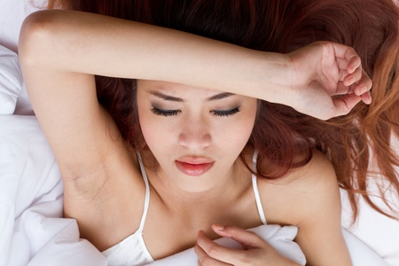 sleeplessness: donna con preoccupazione o ansia sul suo letto, l'insonnia o insonnia sintomo con umore instabile