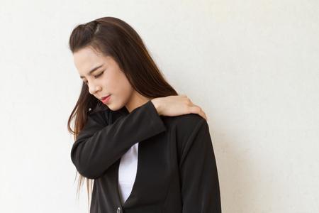 douleur epaule: douleur à l'épaule ou de la raideur des femmes chef d'entreprise, le concept de syndrome de bureau doux au stade de début