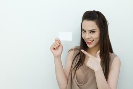 fille arabe: main de femme tenant une carte noir avec l'espace du texte