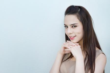 actitud positiva: sonriente mujer hermosa con actitud positiva en el fondo cooltone llano con textspace Foto de archivo