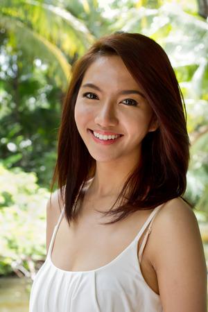 actitud positiva: mujer feliz sonriendo con actitud positiva