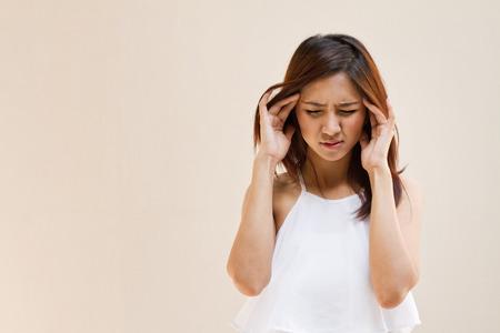 頭痛、偏頭痛、ストレス、不眠症、空白スペースとカジュアルな服装で二日酔いを持つ女性