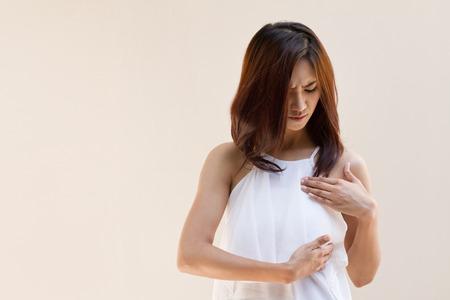cancer de mama: Mujer C�ncer de Mama examina su pecho