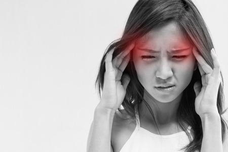 頭痛、偏頭痛、ストレス、不眠症、赤い警告アクセントで二日酔いを持つ女性 写真素材