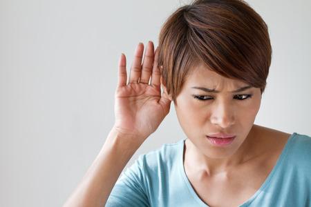 vrouw lijdt aan slechthorendheid, doven en slechthorenden, gehoorverlies, akoestisch of oor probleem, doofheid met tekst ruimte Stockfoto