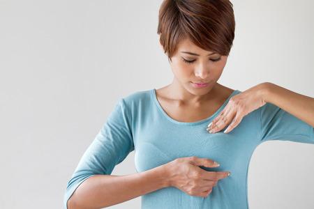 cancer de mama: Auto-comprobación del cáncer de mama, el concepto de estilo de vida saludable Foto de archivo