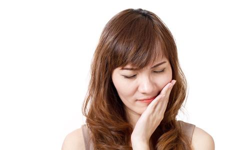 mujer sufre de dolor de muelas