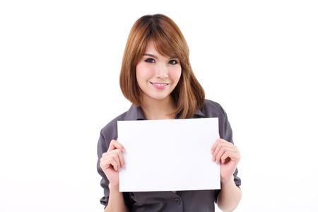 Zakelijke vrouw die een banner, plank, lege kaart voor tekst ruimte op een witte achtergrond geïsoleerd Stockfoto