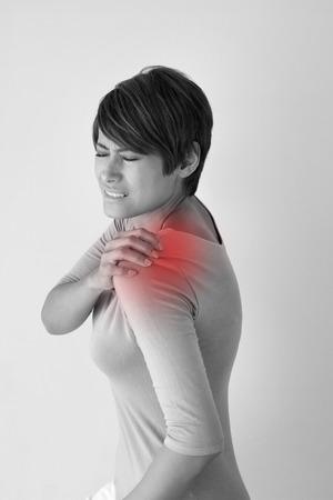 hombros: mujer con dolor en el hombro o rigidez Foto de archivo