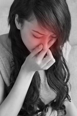 gripe: mujer enferma sufre de gripe, resfriado, secreci�n nasal, asi�tico cauc�sico escena de interior Foto de archivo
