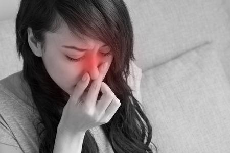 gripe: mujer enferma sufre de gripe, resfriado, secreción nasal, asiático caucásico escena de interior Foto de archivo