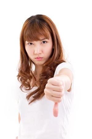 pulgar abajo: mujer enojada que da el pulgar hacia abajo