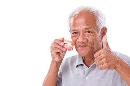dentier: l'homme senior avec prothèse, donnant pouce