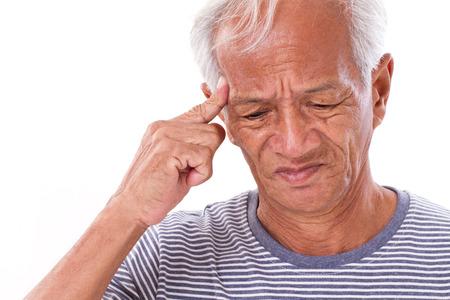 zieke oude man die lijden aan hoofdpijn, migraine