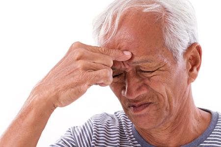 enfermedades mentales: anciano enfermo que sufre de dolor de cabeza, migraña