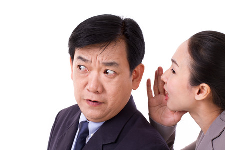 mensen uit het bedrijfsleven praten over slechte bedrijfsnieuws