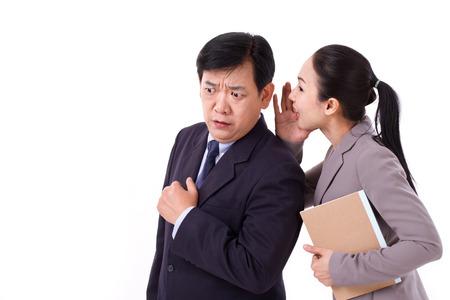dos personas conversando: la gente de negocios hablando de malas noticias de negocio