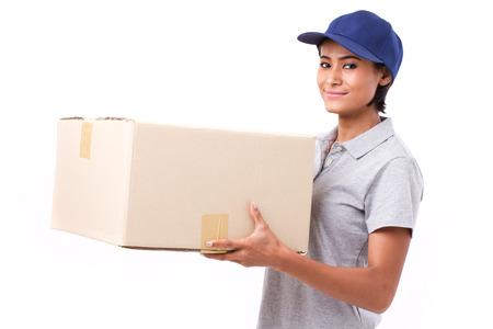 mujer trabajadora: , feliz, personal de servicio de entrega rápida femenina con el paquete o caja de cartón