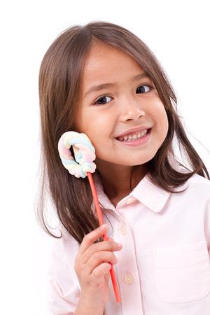 mignonne petite fille: espiègle mignonne petite fille posant avec le pastel douce couleur guimauve Banque d'images