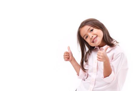 дети: ребенок дает два больших пальца вверх