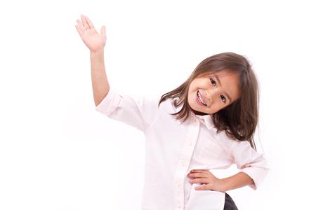 jong meisje afzien van haar hand voor jou