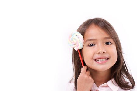mignonne petite fille: mignonne petite fille avec la guimauve colorée douce