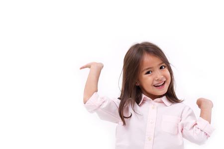 gelukkig, glimlachende vrouwelijke Aziatische jongen spelen Kaukasisch