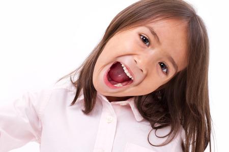 mignonne petite fille: mignonne petite fille criant, la communication, annonçant Banque d'images