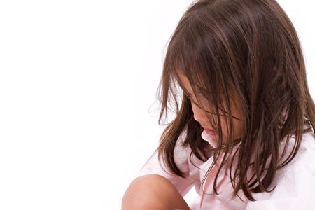 petite fille triste: �puis�e, d�sesp�r�e, triste petite fille