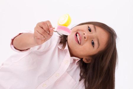 mignonne petite fille: La petite fille mignonne jeu, manger de la gelée de sucre bonbon sucré