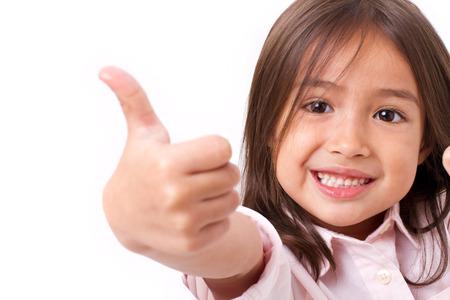 Gelukkig, glimlachend jong meisje dat duim omhoog gebaar, geïsoleerd