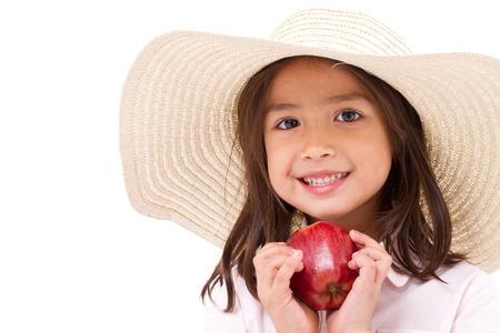 schattig klein meisje, hand die rode appel Stockfoto