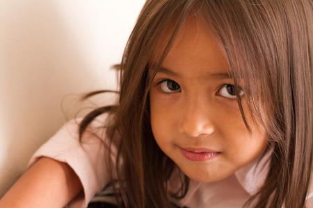 petite fille triste: Portrait de calme, sérieux et confiant petite fille vous regarde