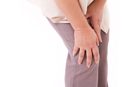 middle joint: donna di mezza et� che soffrono di dolore al ginocchio, lesione articolare o artrite, mano ginocchio azienda
