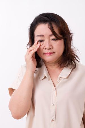 hyperopia: donna di mezza et� con la questione di visione, miopia, ipermetropia, problema degli occhi Archivio Fotografico