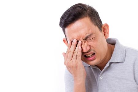 Hombre que sufre de la enfermedad de ojo Foto de archivo - 43244340